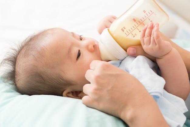 母乳瓶で授乳母の手