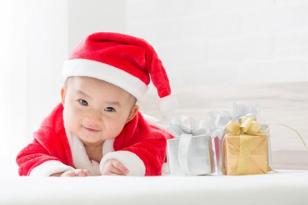 クリスマスサンタクロース男の子とギフトボックス