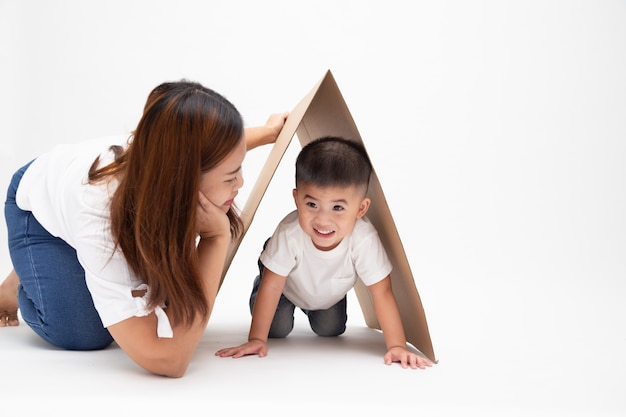 アジアの母親が息子と遊んで、笑顔