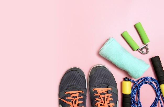 水とメジャーテープタオルのスニーカーボトルとフィットネスとスポーツのコンセプト