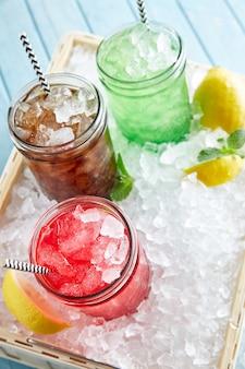 Обновленные коктейли мохито с лаймом, мятой и клубникой на стойке бара.