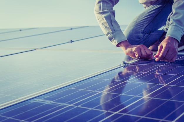 太陽光発電所のメンテナンス設備に携わる電気技師