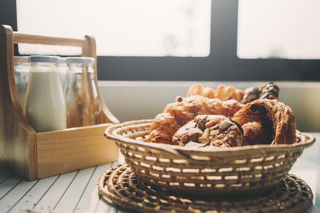 食べ物とキッチンテーブル上の新鮮なパン