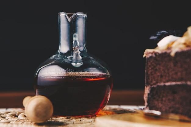 クローズアップ、チョコレートケーキに蜂蜜を注ぐ