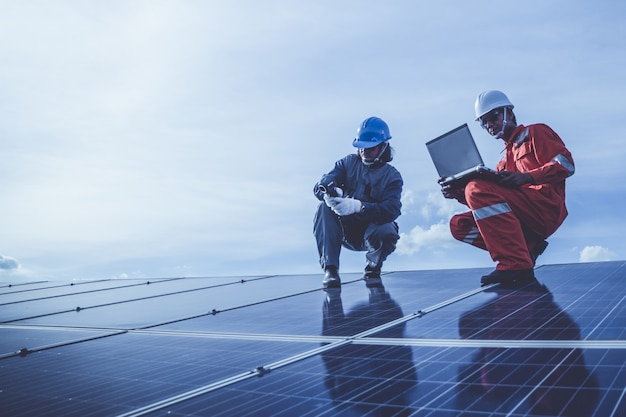 ソーラー屋上の太陽光発電所の発電機の運転と点検の技術者