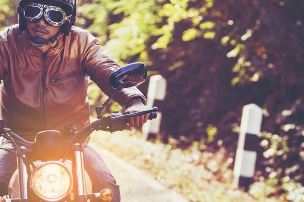 Человек ехал на мотоцикле по дороге в свободном образе жизни во время отпуска