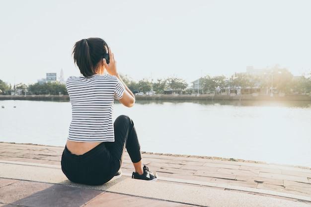 健康な女性の実行とジョギング後の休息