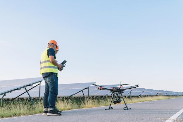 インスペクターエンジニアリングコンセプト;エンジニアが太陽光発電所でソーラーパネルを検査