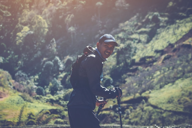 ランナー。山道を走る若者のトレイル。山のライフスタイルで走るアドベンチャートレイル。