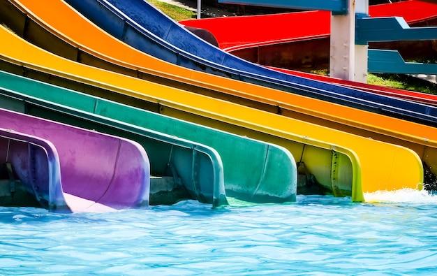 スイミングプールでカラフルなプラスチック製の水スライド