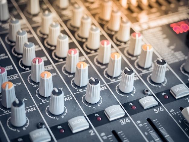 サウンドイコライザーミキシング。サウンドミキシング用のプロフェッショナルスタジオ機器。