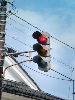 都市交差点の上の赤い信号。