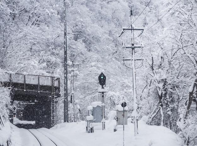 Метель с плохой видимостью на железнодорожных путях. зимний сезон в городе тояма, япония.