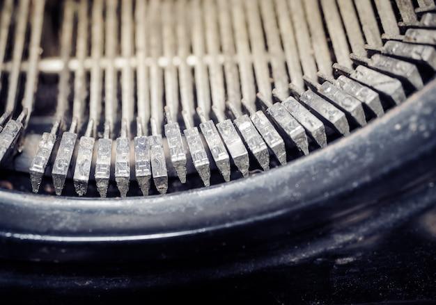 ビンテージ昔ながらのタイプライターのクローズアップ。