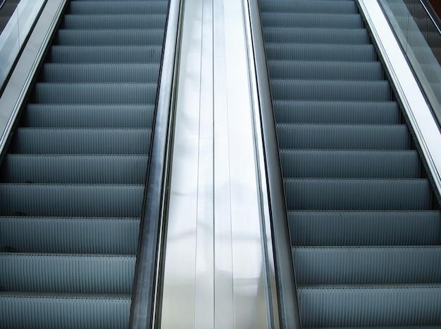 地下鉄の駅やショッピングモールの空のエスカレーター階段