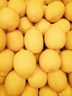 Красочный органических лимонов в супермаркете. желтый цитрусовый лимон.