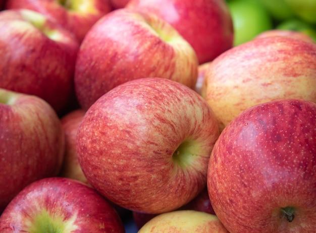 市場で販売されている新鮮な有機リンゴ。
