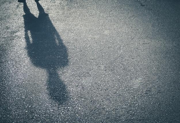 あなたのテキストを配置して、通りの具体的な背景に男性の影