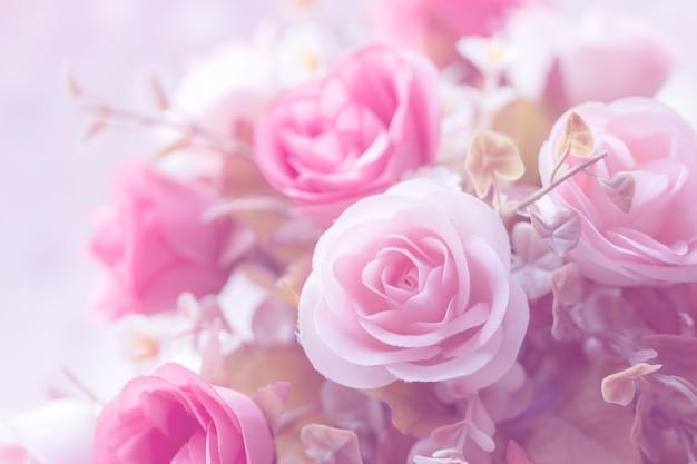 バレンタインデーや結婚式のカードのための美しい装飾人工のバラの花の背景。