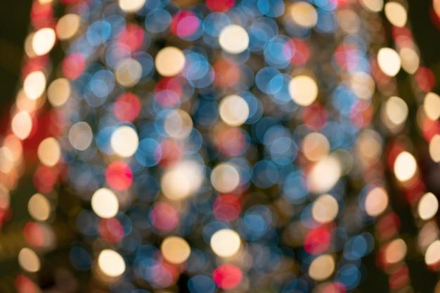 抽象的なカラフルなクリスマスライトの抽象的な背景をデフォーカス。
