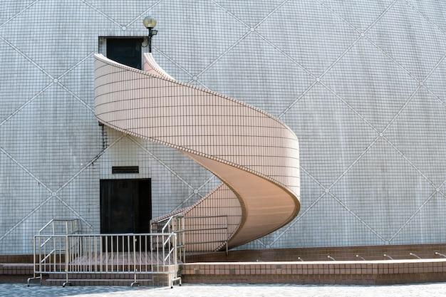 Лестница снаружи над стеной здания, гонконг