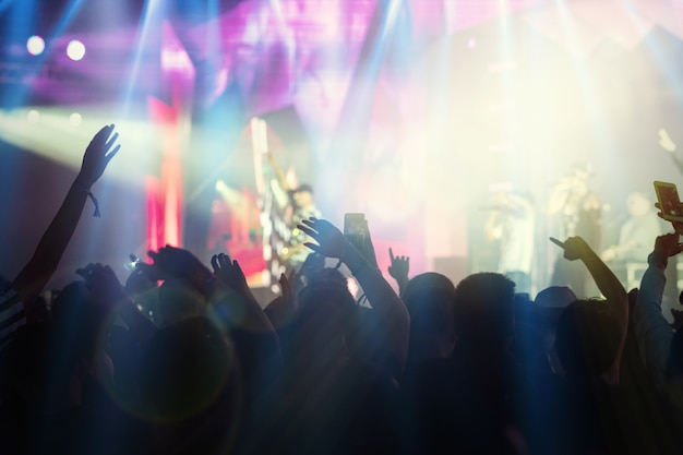Концертная толпа в силуэтах музыкального фан-клуба с шоу-ручкой