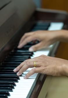 ピアノ、楽器を弾く手