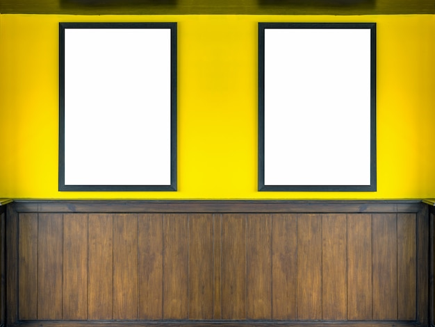 壁の背景に空の写真フレーム、モックアップはコンセプトを飾る