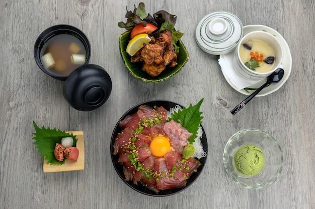 Вид сверху магуро дон с рисом для риса и жареным куриным караганом, яичным потоком, супом