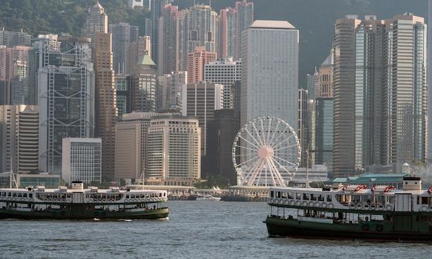ビクトリアハーバーのボートで香港のスカイラインの場面