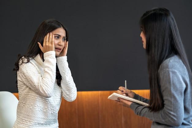 女性患者に相談するアジアの女性の専門心理医