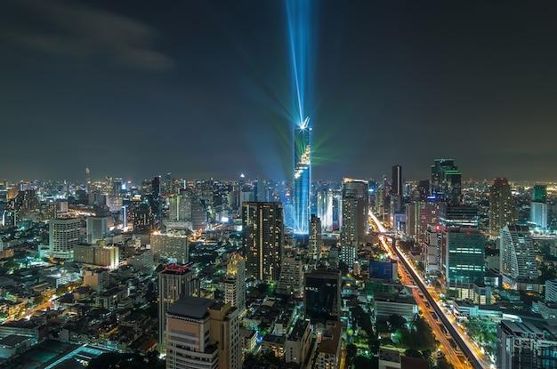 Вид сверху на город бангкок ночью, маханахон
