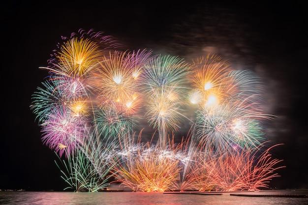 海の大きなボートから祝賀のために爆発する素晴らしい多色花火