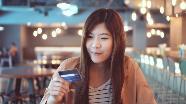アジア人、カジュアルウェア、コンピュータ、クレジットカード、オンライン、ショッピング