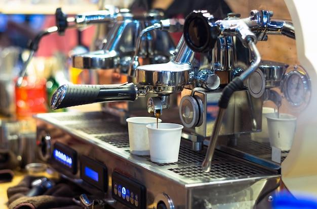 Кофе-машина, создающая эспрессо, снятая в кафе-магазине