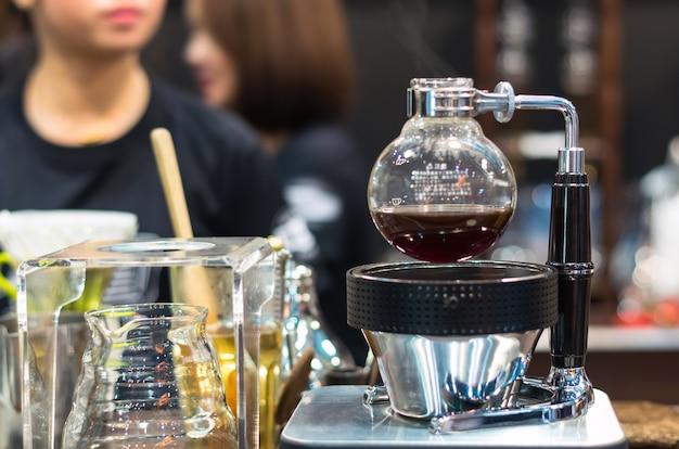 Кофейная машина в магазине с размытым фоном
