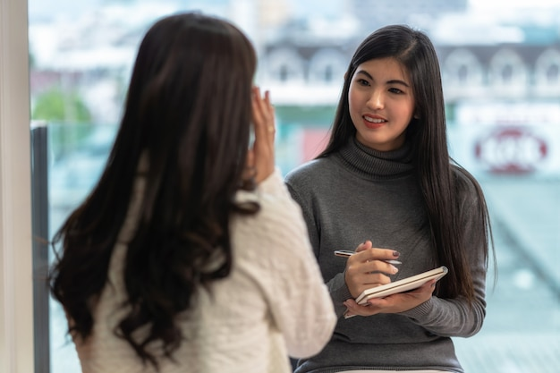 アジアの女性プロの心理学者医師が女性患者に相談