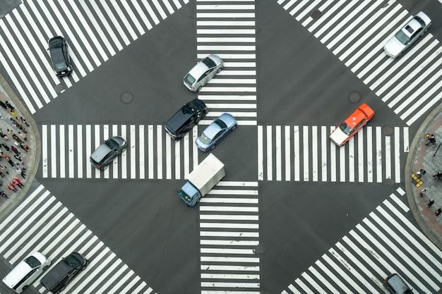 通りを横切って歩いている日本人の群衆の上から見る