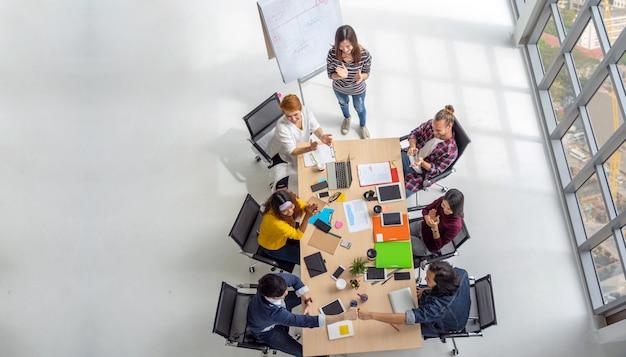 Вид сверху сцены азиатских и многонациональных деловых людей с повседневным костюмом сидя