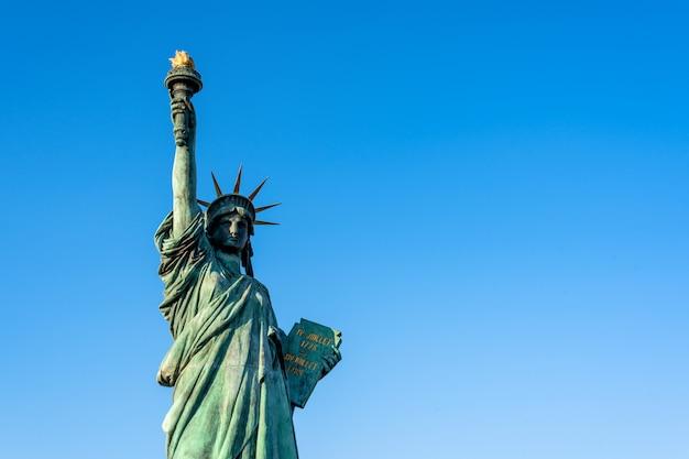 お台場東京にある自由の女神像とレインボーブリッジ