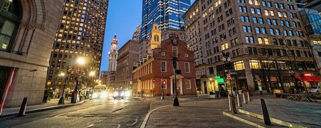 Баннер или веб-страница сцены бостонского старого государственного дома, строящегося в сумерках в штате массачусетс, сша
