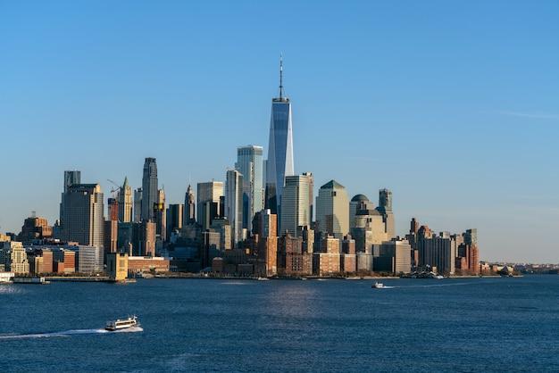 ワンワールドトレードを見ることができるニューヨークの街並み河岸の一部であるローワーマンハッタン