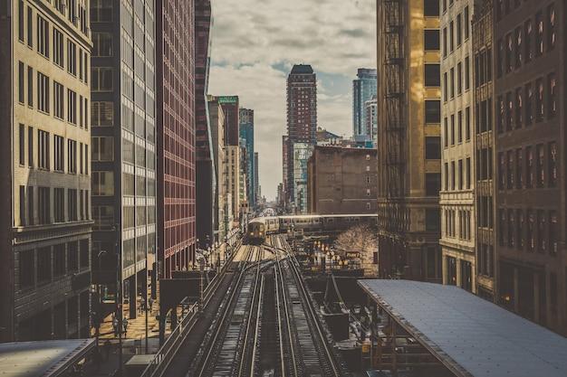 シカゴのループラインでビルの間に高架列車が線路の上を走っている