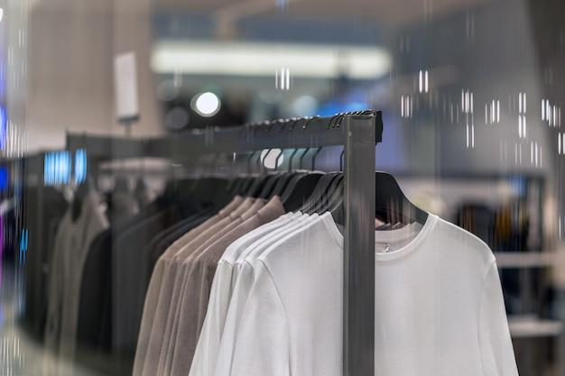 ショッピングのためのショッピングデパートでメガネショップで服ライン