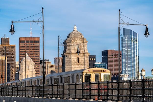 チャールズ川を渡るロングフェロー橋を走る列車の行動を停止