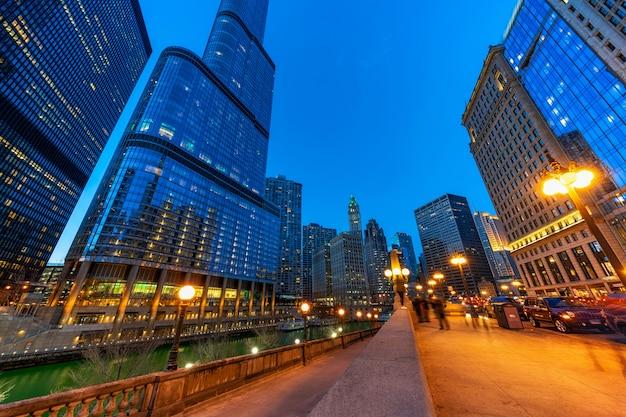 シカゴの川岸の街並みの川沿い、アメリカのダウンタウンのスカイライン