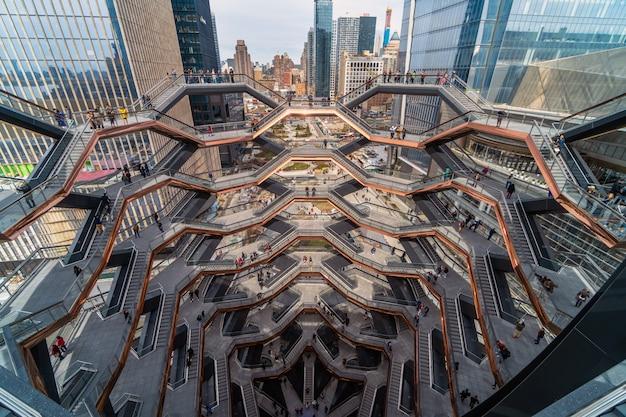 Неопределенные различные туристы посещают новейшую достопримечательность нью-йорка