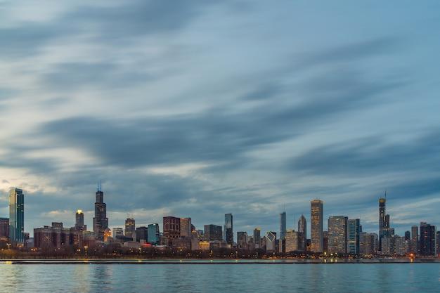 美しい夕暮れ時にミシガン湖に沿ってシカゴ都市景観川側のシーン