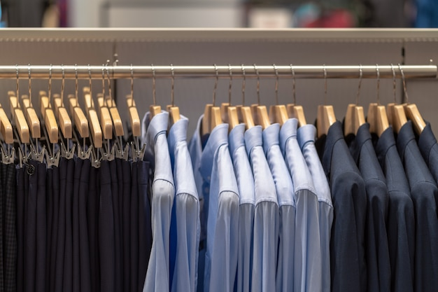 ショッピングのためのショッピングデパートでメガネショップで服のライン