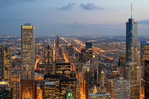 夜の時間、アメリカ合衆国のダウンタウンのスカイラインでシカゴの街並みの平面図の建物